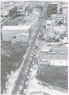 La carretera de Barcelona l'any 1969. Un primer projecte -molt complicat- de cinturó de Ronda de Girona, elaborat per Obres Públiques l'any 1969, és rebutjat per les institucions gironines. Això fa que la Nacional II continuï passant pel mig de la ciutat amb els consegüents problemes de congestió circulatòria ...
