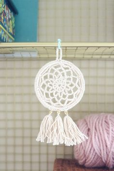 Free Pattern: Mini Dream Catcher - https://picotpals.com/2017/08/12/dream-catcher/