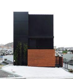 House N by Sharon Neuman Architects. air bricks photographed by SW Walsh modern dark architecture Modern Japanese Architecture, Architecture Résidentielle, Amazing Architecture, Installation Architecture, Black House, Exterior Design, Villa, Black Box, Black White