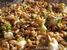 Sałatka z brokułem, fetą, kukurydzą i słonecznikiem Salad Recipes, Diet Recipes, Healthy Recipes, Salate Warm, Appetizer Salads, Appetizers, Health Eating, Healthy Dishes, Breakfast Recipes