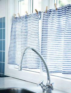 kokette-küchengardinen-modern-blau-weiße-Streifen-frische-küchengardinen-ideen