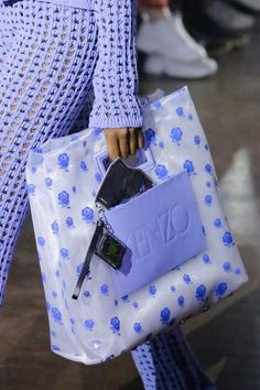 Kenzo Spring 2019 Ready-to-Wear Fashion Show Details: See detail photos for Kenzo Spring 2019 Ready-to-Wear collection. Look 27 Bags Online Shopping, Online Bags, Fashion Bags, Fashion Show, Mannequins, Purses And Bags, Ready To Wear, Fashion Accessories, Hermes