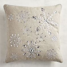 Rustic meets refined in our unique throw pillow, crafted with a natural cotton/linen-blend cover and elegant silvery snowflakes. Christmas Doormat, Christmas Rugs, Christmas Cushions, Christmas Pillow, Christmas Crafts, Christmas Brunch, Christmas Ideas, Christmas Decorations, Xmas