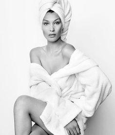 @bellahadid é a mais nova integrante da Towel Series de @mariotestino! A imagem da top foi compartilhada hoje, junto com o anúncio do lançamento do site do fotógrafo, batizado de miramira.tv (que em espanhol significa olhe, olhe). Na página, ele reunirá seu arquivo de imagens e vídeos feitos durante sua carreira. Para entrar já! #bellahadid #mariotestino