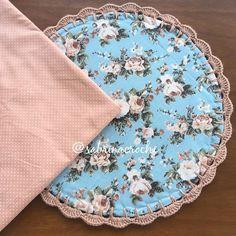 Uns joguinhos ficando prontos essa semana e outros começando!! Gente eu estou suspirando por esses dois! Floral e poá, combinação perfeita!! Eu amo demais!! 🌺🌸😍 . . . . . . . . . . . . . . #sousplatcrochet #vestindoamesa #sjc #receberbem #crochet #meseiras #meseirasassumidas #mesaposta #mesadecorada #jogoamericano #meseirasdobrasil #mesadodia #noiva #caseirices #mesahits #vestiramesa #mesachic #receberemcasa #mesapostacomamor #sousplat #roupademesa #table #handmade #recebercomamor…