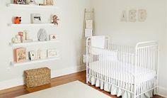 Um ambiente clean é perfeito para o crescimento de uma criança. Este quarto de bebê é perfeito para criar uma atmosfera tranquila para o dia a dia do bebê.