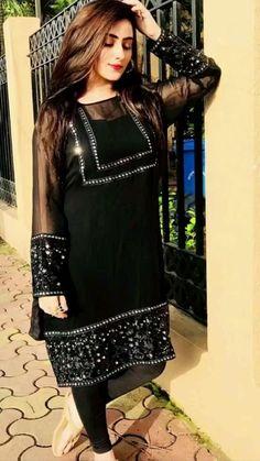 Beautiful Pakistani Dresses, Pakistani Formal Dresses, Party Wear Indian Dresses, Pakistani Fashion Party Wear, Designer Party Wear Dresses, Dress Indian Style, Indian Fashion Dresses, Pakistani Dress Design, Indian Designer Outfits