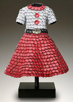 John Petrey bottle cap dress - Kaleidoscope effect Unique Fashion, Fashion Art, Fashion Show, Fashion Design, Bottle Cap Art, Bottle Cap Crafts, Nespresso, Recycled Dress, Recycled Fashion