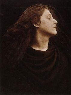 """""""CALL, I FOLLOW"""" -  Margaret Cameron Quando, em 1867, a fotógrafa Margaret Cameron tira uma fotografia a Mary Hiller, inicia-se uma nova época no mundo fotográfico, pois tenta captar algo mais do que apenas o objetivo. Nota-se uma procura pelos sentimentos da modelo, sendo um dos exemplos do Romantismo Inglês Pré-Rafaelita."""
