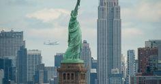 O ônibus espacial ENTERPRISE, acoplado a um avião Boeing 747, sobrevoou nesta sexta-feira o céu de Nova York, onde muitos nova-iorquinos o esperavam com expectativa para presenciar seu último voo rumo a seu destino final, o museu naval Intrepid, a bordo de um lendário porta-aviões