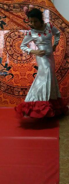 Traje de flamenca 2017 gris plata con lunares volantes rojo de neja