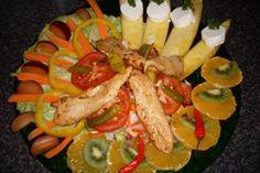 """Das perfekte SALAT """"Sommer Sehnsucht""""-Rezept mit einfacher Schritt-für-Schritt-Anleitung: Auf einen großen Teller ein großes Blatt Eisberg-Salat - dann…"""