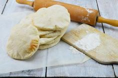 Bekijk de foto van vandaagwatanders met als titel Zelfgemaakte pitabroodjes, zo lekker, als je die eenmaal hebt geproefd ga je ze voortaan zelf maken. Geen droge, harde, brekende broodjes meer! Het is een heel simpel klusje, je moet alleen de tijd nemen om het deeg te laten rijzen. Het bakken van de broodjes duurt maar een paar minuten. Kijk voor het recept op: http://www.vandaagwatanders.nl en andere inspirerende plaatjes op Welke.nl.