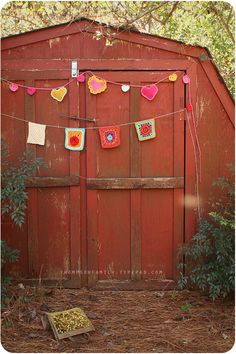 love this barn with the knit garland!!