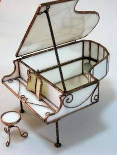 This little stained glass piano is amazing. Stained Glass Light, Stained Glass Ornaments, Making Stained Glass, Stained Glass Projects, Stained Glass Patterns, Stained Glass Windows, Leaded Glass, Mosaic Glass, Fused Glass