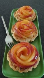 Easy apple desserts - How to make apple roses for a pie and mini tarts Super Dieta, Just Desserts, Dessert Recipes, Mousse Au Chocolat Torte, Food Presentation, No Bake Cake, Sweet Recipes, Brunch, Food And Drink