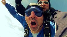 Sei verrückt und genieß das Leben. Tandem-Fallschirmspringen mit Tandemmichl
