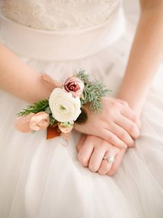 Wonderful Cost-Free Ranunculus corsage Ideas If perhaps flowering bulbs are certainly one of nature's secrets, observing the claw-like tuber of any ranu Dusty Rose Wedding, Floral Wedding, Ranunculus Wedding, Ranunculus Boutonniere, Homecoming Corsage, Corsage Wedding, Wrist Corsage, Bridezilla, Bride Bouquets