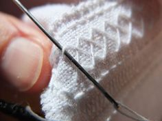 Slyngstingene som gir bord 2 et mykere preg Foto: Lise Hamre Embellishments, Girly, Vest, Sewing, Stitching, Textiles, Straight Stitch, Hardanger, Sew Pattern