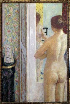 A toalete (c.1908) Pierre Bonnard, (1867-1947) Paris, musee d'Orsay O tema da mulher em sua toalete, uma desculpa para pintar um nu, ainda muito comum no século XX. Como antes dele Degas em seus pastéis, Bonnard escolheu uma composição sofisticada para encenar sua moderna Suzanne surpreendida em seu banho, interpretada por Martha, sua companheira e modelo exclusiva, aqui representada tanto de costas como de frente através do reflexo do es