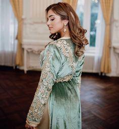 Vente caftan marocain en ligne pour mariage - Caftans Marocains Morrocan Dress, Moroccan Caftan, Muslim Wedding Dresses, Indian Wedding Outfits, Dress Wedding, Wedding Bride, Abaya Fashion, Fashion Dresses, Muslim Fashion