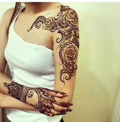 Very pretty rose henna. Love the depth in this design.