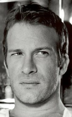 Thomas Jane. Never heard of him, until I saw the Tv series Hung. He plays a male escort with such humour and charme, that I couldnt resist, he is a shark. Lets hope we see more of his talents on screen in the future.