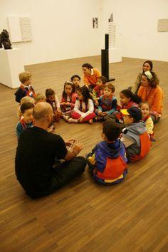 2009. Parceria do IAC + iniciação artísitica do SESC Consolação.  Nosso educador, Marcelo Gandhi, conversa com as crianças sobre Sergio Camargo.