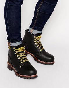 Schuhe von Caterpillar glattes Obermaterial aus mattem Leder gepolsterte Kanten für besseren Halt Markendruck auf Zunge und Knöchel Schnürung runde Zehenpartie aus Stahl griffiges Profil Mit feuchtem Tuch abwischen. Obermaterial aus 100% echtem Leder