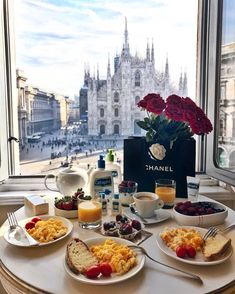 The beautiful view over the Milan Cathedral with a delicious brunch at a luxury hotel. Breakfast Photography, Luxe Life, Breakfast In Bed, Romantic Breakfast, Aesthetic Food, Dream Vacations, Summer Vacations, Luxury Lifestyle, Beautiful Places