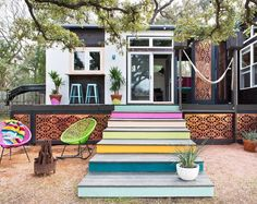 I bet you never thought a trailer home could look like this. This colorful Austin home, which measures a mere 400 square feet, is made from two trailers placed perpendicularly and connected by a deck. Despite what your expectations might be about trailer homes, this one has a stylishness and a livability that belie its humble contruction — and its humble size. Let's take a closer look.