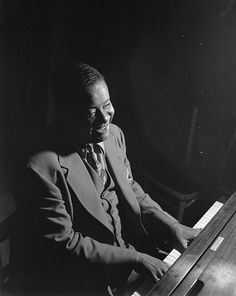 No limitations. American jazz pianist Art Tatum. Nearly blind, he is still considered one of the greatest jazz pianists. Imagination, improvisation and virtuosity. Toledo,1909 - Los Angeles,1956