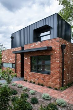 Box House by Paul Tilse Architects is an insight into how clever architectural design can be used to overcome the challenges presented by site constraints. Plans Architecture, Residential Architecture, Contemporary Architecture, Architecture Design, Sustainable Architecture, Modern Contemporary, House Cladding, Facade House, Brick Cladding