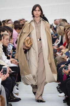 Céline   Ready-to-Wear - Spring 2018 Fashion 2018, Runway Fashion, High Fashion, Womens Fashion, Celine, Office Wear, Fashion Pictures, Ready To Wear, Raincoat
