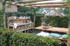 Vorige week werd de eetbare tuin opgeleverd, maar nu moet er natuurlijk ook nog een plek komen waar we al dat lekkers kunnen eten. Tom, Lodewijk en Miranda steken hun handen uit de mouwen om een eethoek te creëren die zowel praktisch als stylish is!