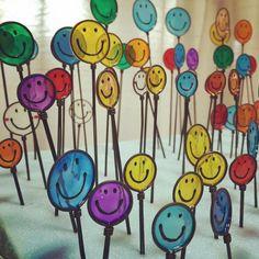 100均のガラス絵の具でオシャレで可愛いインテリアを♡ インテリアや雑貨と組み合わせることで、今までとは違う新しい楽しみ方が生まれます。