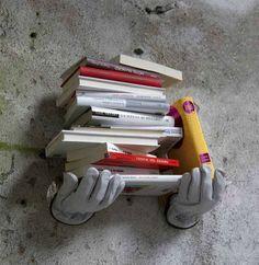 Tá precisando de uma mãozinha com tantos livros? Esse Suporte com o formato de mãos vai te ajudar na hora de organizar os seus livros! #Hiperoriginal #Suporte #Prateleira #Mão #Decoração #HO!