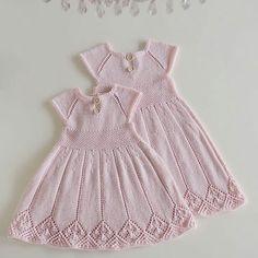 Til Lillesøster Og Storesøster Diy Crafts Knitting, Knitting For Kids, Crochet For Kids, Baby Knitting Patterns, Baby Patterns, Crochet Baby, Knit Baby Dress, Knitted Baby Clothes, Baby Pullover