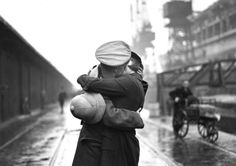 un-air-d-autrefois: Douglas Miller , A soldier kissing his wife at King George V's dock, London, after returning from being stationed in India. Couples Vintage, Vintage Love, Vintage Photos, Vintage Stuff, Chris Wood, Sammy Davis Jr, Vintage Photography, Couple Photography, Photography Photos