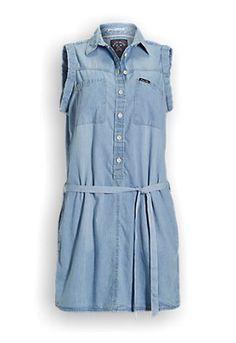 Mouwloze denim jurk in overhemd model. De jurk heeft een knoopsluiting en twee zakken op de borst. De jurk kan worden aangesnoerd met een koord en heeft twee steekzakken aan de voorkant. Gemaakt van 100% katoen. #zomercollectie #zomerkledingdames #zomerkleding