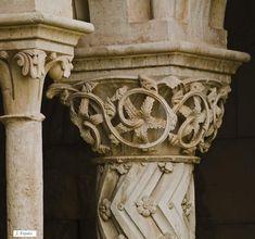 Pilaster: versiering in een bepaalde vorm: vaak zijn het natuurvormen die herhaaldelijk worden gebruikt.   -zuil die niet vrijstaand is maar gedeeltelijk uit de achtergrond komt.