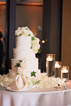 Elegant ivory wedding cake and table setting! Click to see more beautiful Bella Collina wedding photos! #bellacollina #weddingcake #ivory #orlandoweddingphotographer