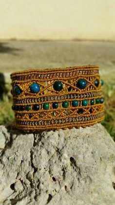 Bracelet manchette en macramé camel et perles gemmes chrysocolles : Bracelet par elyss-craft