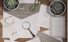Papelaria de casamento feita pela Petit Souvenir. Convite em papel cinza com impressão branca, envelope, menu, reservas e tags em branco com detalhes em cinza.