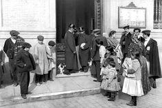 Reparto de pan a familias humildes en la Tenencia de Alcaldía de Chamberí por la huelga de panaderos. 1907. Madrid. Fuente: www.entredosamores.es