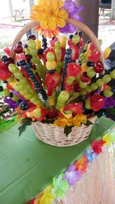 Arreglo de frutas para fiesta hawaiana