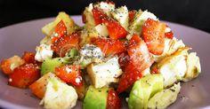 Salada de frango com abacate e morangos