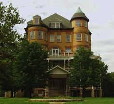 Wow, this one looks totally harmless from the outside! Topeka State Hospital, Topeka, Kansas The Creepy World of Abandoned Asylums Abandoned Asylums, Abandoned Buildings, Abandoned Places, Haunted Asylums, Haunted Houses, Scary Places, Haunted Places, Places To Go, Topeka Kansas