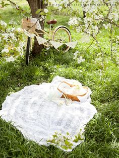 a pretty picnic...styled by anne marie of na-da farm. photography by traci thorson photography. #MatildeTiramiSu #ComePiaceAMatilde