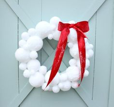 How to make a snowball wreath. Lovely DIY.